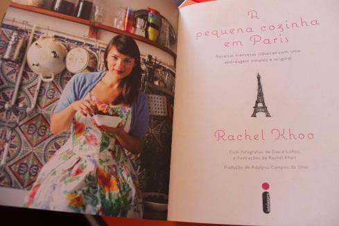 Rachel na sua pequena cozinha